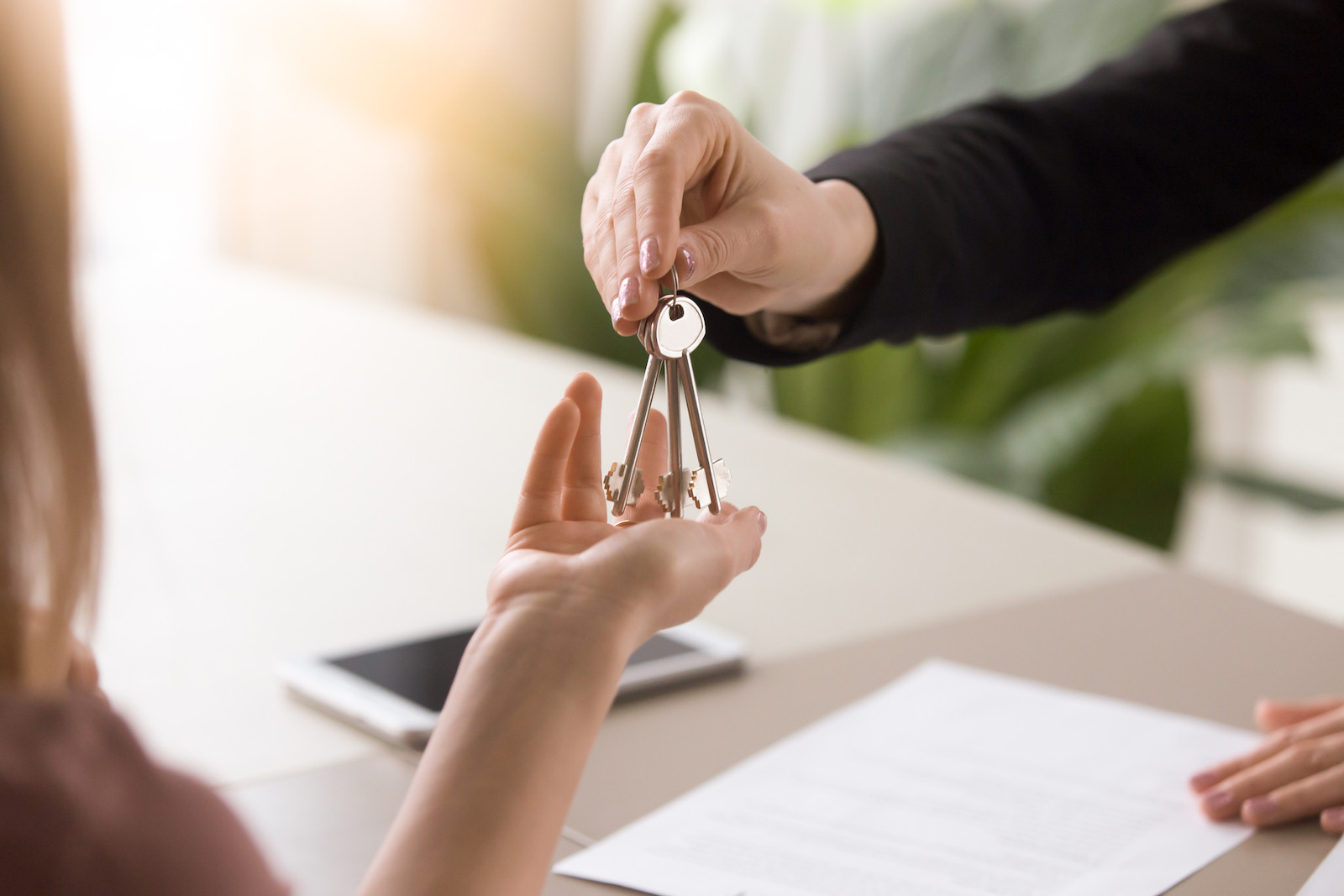 Completing a lease contract and handing over the keys